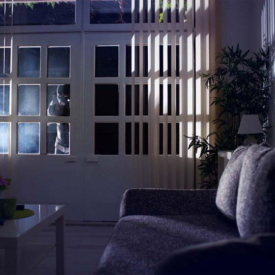 voleur regardant par la fenêtre